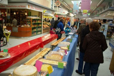Besucher an der Tischreihe der Käsekuchen