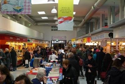 Besucher und Tester beim Käsekuchenwettbewerb