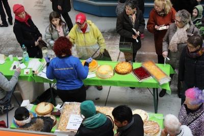 Käsekuchenwettbewerb - Besucher verkosten